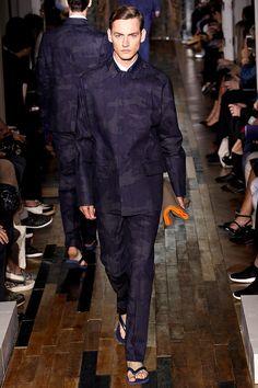 Pasarela: Denim, estampado militar y guiños neón en @Valentino SS14 #Menswear // http://www.vogue.mx/desfiles/primavera-verano-2014-paris-valentino-menswear/7088