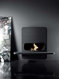 La box Wall-B, conçue par Andrea Crosetta, s'accroche au mur. L'habillage en acier noir accentue le design des flammes. ©Antrax It