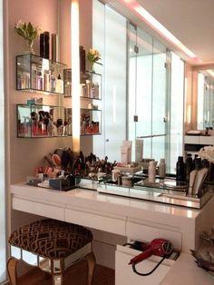 Canto da maquiagem: gosto dos nichos do lado, do espelho, das gavetas mais finas e da gaveta ou porta para secador, chapinha, etc