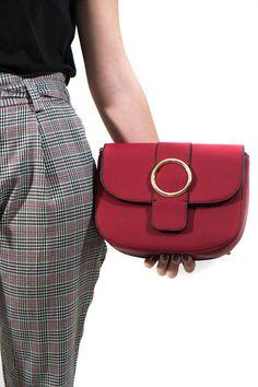 Los clásicos bolsos de caja pero con detalles en dorado. Lo puedes llevar en bandolera o al hombro, ¡como tú gustes!.