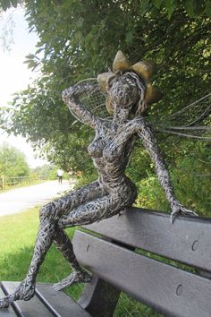 how to make a topiary frame out of chicken wire Small Garden Art, Garden Fence Art, Metal Garden Art, Driftwood Sculpture, Art Sculpture, Garden Sculpture, Wire Sculptures, Chicken Wire Art, Steel Art