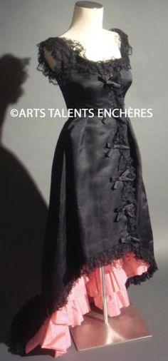 BALENCIAGA  Exceptionnelle robe esprit flamenco, vers 1950, en organza noir garni de volants en dentelles au cou et en bas de la robe. Le ju...