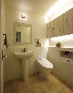 ペデスタルタイプの洗面化粧台とタンクレストイレの組み合わせ。フレンチシャビーな空間です。 タイル インテリア おしゃれ ライト トイレ 