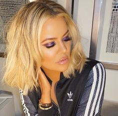 Khloe Kardashian looked hot, hot, hot with a sexy purple smokey eye look on January Now, her makeup artist is revealing the exact products used -- and you'll never guess what she DIDN'T use -- eyeshadow! Estilo Khloe Kardashian, Kardashian Beauty, Kardashian Jenner, Kardashian Fashion, Best Eyeshadow Primer, Khloe Hair, Let Your Hair Down, Hair Styles 2016, Celebrity Makeup