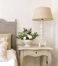 Mesita de noche blanca estilo Luis XV, descubre nuestro catalogo online de muebles dormitorio vilmupa.
