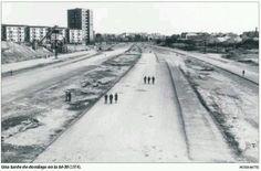 Paseo por la M-30 (1974) Black And White Building, Foto Madrid, Old Photos, Monochrome, Sidewalk, Country Roads, Europe, San, City