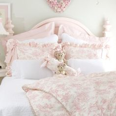 Easygoing succeeded shabby chic home design a knockout post Shabby Chic Bedrooms, Shabby Chic Homes, Shabby Chic Furniture, Shabby Chic Decor, Trendy Bedroom, Feminine Bedroom, Pink Furniture, Chabby Chic, Pink Bedrooms