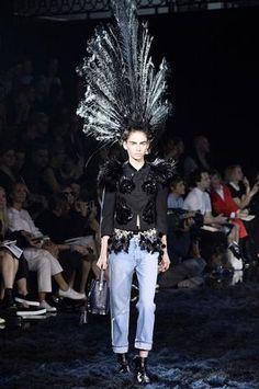 Las plumas de las hombreras se combinaron con los tocados de pavo real, mientras que las colas de los vestidos y la silueta de un búho enriquecieron el imaginario de una mágica noche de funeral.