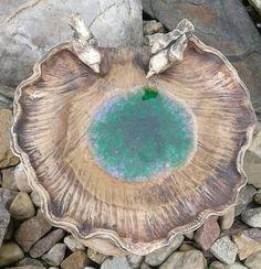 Pítko-krmítko s tavným sklem Hand Built Pottery, Slab Pottery, Pottery Vase, Ceramic Pottery, Ceramic Art, Clay Plates, Leaf Bowls, Fire Glass, Ceramics Projects