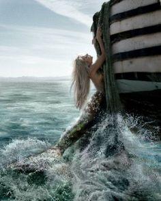 Mermaids Ocean Sea: A mermaid pulling herself from the waves. Real Mermaids, Mermaids And Mermen, Mythical Creatures, Sea Creatures, Beach Bodys, Wow Art, Merfolk, Mermaid Art, Mermaid Cove