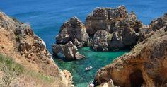 VOYAGE - Si vous avez choisi le Portugal comme prochaine destination de vacances, vous avez eu raison ! En effet le pays regorge de paysages à couper le souffle et possède également quelques monument...