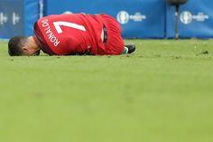 As 27 imagens da lesão que pôs Ronaldo fora da final - Cristiano Ronaldo ficou apenas meia hora em campo, depois de uma falta não assinalada que feriu o joelho do capitão. Caiu, levantou-se, caiu, voltou e depois teve de desistir. As imagens de CR7.