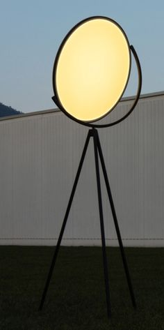Jasper Morrison has created the new Superloon floor lamp which features an impressive flat disc LED placed on three stems and capable of rotating 360 degrees.