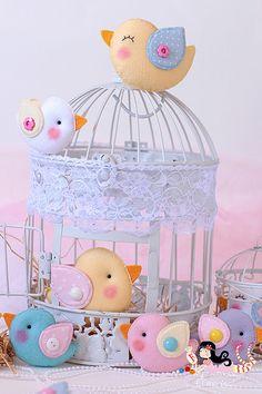 little felt birds Felt Diy, Felt Crafts, Diy And Crafts, Fabric Birds, Felt Fabric, Bird Birthday Parties, Bird Party, Baby Shawer, Bird Theme