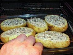 Omyjeme brambory a rozkrojíme na polovinu. Lžíci každou bramboru vydlabeme, aby jsme měli místo na náplň. Jemně nasekáme žampiony i cibuli. V pánvisi rozpustíme 50 g másla. Přidáme houby a smažíme. Pak přidáme cibuli. Nasypeme mouku a vše promícháme. Přidejte smetanu, dobře promíchejte, dochutíme solí a pepřem a vaříme 3-5 minut. Poté každou bramboru osolíme, …