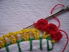 Comece fazendo o caseado, em verde, com a distância aproximada de 1cm de uma perfuração a outra e 3 correntinhas entre elas. (Aí n... Crochet Diy, Crochet Designs, Crochet Earrings, Tassels, Knitting, How To Make, Handmade, Crafts, Boarders