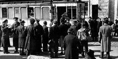 Berlin 1949 Damals fuhr die Strassenbahn noch ueber die Grenze:Schaffnerwechsel 1949 am Potsdamer Platz
