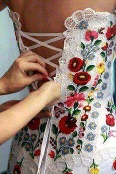 Brazilian Embroidery Wedding gown decorated with Hungarian embroidery, gorgeous! Hungarian Embroidery, Hardanger Embroidery, Brazilian Embroidery, Embroidery Patterns, Hand Embroidery, Flower Embroidery, Mexican Fashion, Folk Fashion, Ladies Fashion