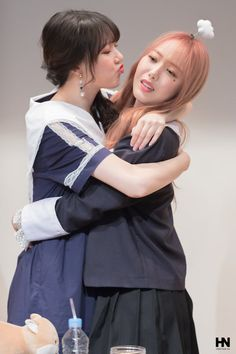 05.05.18 - #Yerin e #SinB durante o 3° fansign do #GFRIEND para as promoções do 6° mini-álbum 'Time for the Moon Night' em Myeongdong