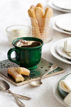 Ingrediente: 3/4 pahar de cafea proaspăt preparată Jacobs Krönung, 1/3 pahar zahăr, 100 g frişcă cremoasă de la rece, 100 g mascarpone (de la rece), 1 linguriţă extract de vanilie, 50 ml vin Marsala sau lichior de cafea, (opţional) ciocolată amăruie de presărat, 2 pişcoturi pentru decorat //Pregătește cafeaua, amestecă cu vin Marsala sau lichior de cafea și îndulceşte după gust. Mixează frișca împreună cu mascarpone, zahăr și vanilie, până se întărește compoziția. Toarnă cafeaua cu vin…