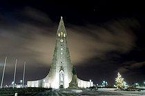 Beleuchtete Kirche Hallgrimskirkja zu Weihnachten bei Nacht, Reykjavik, Island, Europa