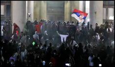 La Belgrad zeci de mii de oameni au ieşit în stradă şi au luat cu asalt Parlamentul - » Glasul Românilor de Pretutindeni Occult