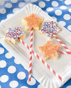 Een te gekke traktatie? Die tover je zó op tafel! Dit heb je nodig: Leuke rietjes - cake - uitsteekvormpje - glazuur - gekleurde spikkels Zo maak je het ! Snijd de cake in plakken van ongeveer 1 centimeter dik.…