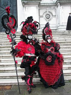 Carnaval de Venezia...a very grand couple in red and black!                                                                                                                                                                                 もっと見る