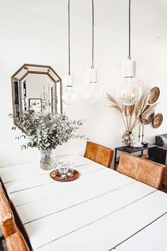 Een volledig wit interieur kan heel mooi zijn, maar als je deze niet goed stylet kan het wat kil en saai ogen. Heb jij een witte eethoek, maar ben je hier niet zo tevreden over? In deze blog geef ik je inspiratie en tips over hoe je jouw witte eethoek minder eentonig kunt maken.#eethoek #eetkamer #diningroom #diningarea #inspiratie #inspiration #wit #white #naturel Dining Room Inspiration, Dining Area, Table Decorations, Interior, How To Make, House, Furniture, Home Decor, Ideas
