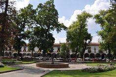 Ven a La Plaza Vasco de Quiroga en #Pátzcuaro. Esta gran plaza se encuentra rodeada de edificios de la época colonial y es considerada una de las más bellas de América. Su dimensión, las majestuosas casonas construidas a su alrededor y la ausencia de edificios religiosos la hacen diferentes a todas las demás. Te invita el Hotel La Casita en #Morelia http://www.hotellacasita.com.mx/