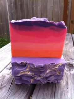 Welcome to Emily the Evily's creative playground!  Majority of the postings will be showcasing good and bad of my soap experiments, occasionally you will see other random creations here and there, as you can tell from my blog name, it's about soap and also restless!