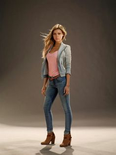 Nicola Peltz (as Tessa) in Transformers 4 movie: gray jacket, blue skinny jeans, brown boots, pink T-shirt, nail polish - identified Transformers 4 Movie, Fall Winter Outfits, Spring Outfits, Nicola Peltz, Girl Celebrities, Blue Skinny Jeans, Mode Vintage, Gray Jacket, Courses
