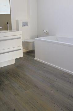 pvc vloer met houtlook in de badkamer. Door Karin