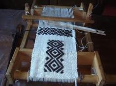 artesania mapuche tejidos - Buscar con Google                                                                                                                                                      Más Loom Weaving, Hand Weaving, Cool Tools, Outdoor Blanket, Tapestry, Wool, Rugs, Knitting, Crafts