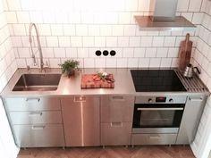 Industristil med IKEA Metod och Grevsta luckan som kompletteras med en rostfri diskbänk (Purus Basic Modern).
