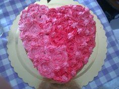 La mia prima torta con le rose.. rose un po storpie xDD