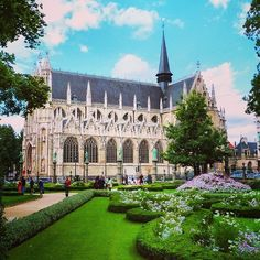 The photo of the week is The Petit Sablon Square & Notre-Dame du Sablon church a magnificent Gothic ensemble. Congrats @brettzell!!!