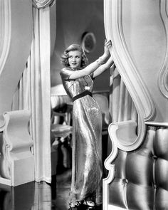 Ginger Rogers, at the lush glamour of her dress, her hair and make-up, and her surroundings Vintage Hollywood, Hollywood Icons, Old Hollywood Glamour, Golden Age Of Hollywood, Vintage Glamour, Hollywood Stars, Vintage Beauty, Classic Hollywood, Vintage Hair