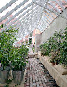 Sweden Green House ritar, tillverkar och säljer växthus i trä och glas. Hos oss får du alltid förstklassigt råd och hjälp när du ska välja växthus.