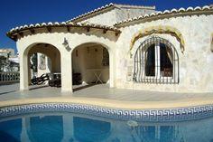 Une maison avec piscine privée, 2 chambres, 2 salles de bains, barbecue et vue sur la mer, pour seulement € 999 / semaine? Très bonne affaire Location Villa, Villas, Barbecue, House Styles, Home Decor, Sun, Dream Homes, Places To Visit, Private Pool