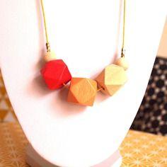 Sautoir graphique perles en bois géométriques dégradé de bois naturel, jaune ocre et rouge sur cordon de coton ciré