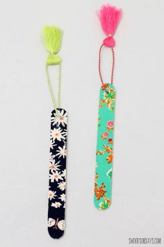 How To Make A No Sew Fabric Bookmark with craft sticks (aka popsicle sticks) - t. How To Make A No Sew Fabric Bookmark with craft sticks (aka popsicle sticks) – this is a fast no sew fabric craft that makes the cutest diy bookmarks! Popsicle Crafts, Craft Stick Crafts, Crafts To Sell, Diy And Crafts, Craft Projects, Crafts For Kids, Arts And Crafts, Craft Sticks, Sewing Projects