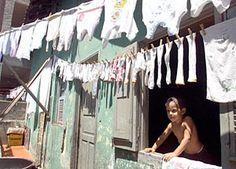 Crian�a olha pela janela na favela Quinta do Caju, no Rio de Janeiro. Patrick Wakely, um dos autores do documento da ONU sobre favelas, est� observando com otimismo os esfor�os do governo brasileiro para lidar com o problema da falta de moradia  Foto: Reuters