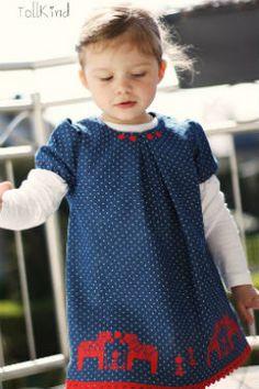 Ein Jeanskleid für kleine Mädchen aus Stoffkontor-Denim. Entworfen von Sandra alias Tollkind.