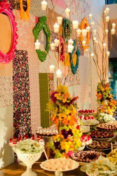 Casamento colorido. Decoração de casamento com retalhos, fotos e velas. Mesa de doces colorida.