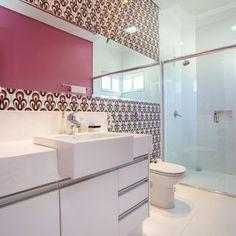 Espelho amplo em banheiro decorado com papel de parede