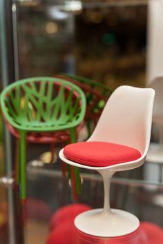 迷你收藏/Tulip chair 鬱金香椅鬱金香椅是Eero Saarinen一份包含桌子椅凳的五年設計企劃裡,最受歡迎的單品。這系列的特徵是支撐結構被減到最少,像酒杯或是花莖般的支柱,用以強調桌椅的一致性。   Eero Saarinen如此介紹他的鬱金香椅:   以往桌椅的傳統設計,組合搭配總是不盡人意,我想要設計出一套具有整體感的桌椅。以往的重要經典家具都有一個結構完整的概念,從圖坦卡門王的座椅,到英國名匠Thomas Chippendale的家具。而今日,我要用大眾最喜愛的塑料和木質密集板來達到這樣的理想。我期待塑料工業發展至只需單一原料即可生產製造的時代,那將是我真正想要的設計。   Vitra博物館使用原型為1956年Knoll公司之作品,職人以PU塑料烤漆、鋁合金、布料軟墊手工製成1:6珍藏模型。  本商品為預購商品,海運期貨約為4-6個月,詳情歡迎來電客服專線(02)8772-6060 分機 9