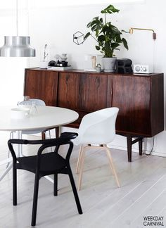 white + wood + plants = chic dining room - desiretoinspire.net