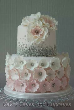 Flowers & Pearls Source: Vavi's Cakes and Cupcakes #weddingcake #pearls