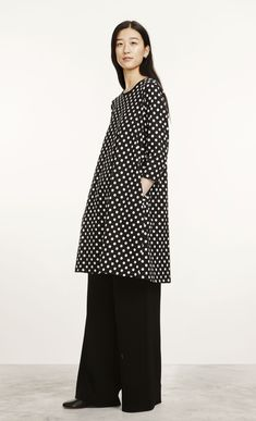 e889a6fb25 This black and white Pallo print dress is made of cotton jersey and has a  wide